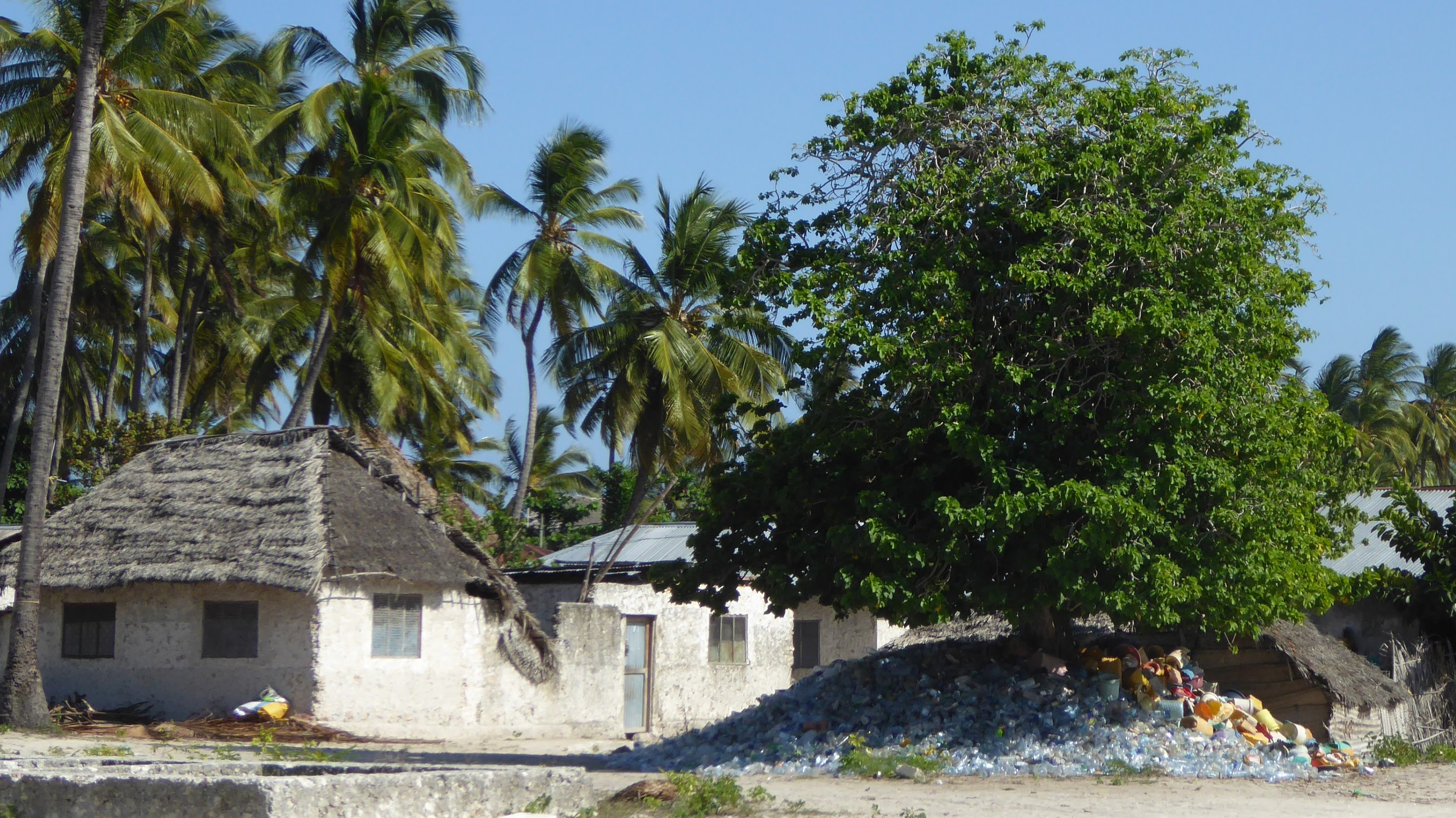 Flaschensammlung auf Sansibar.