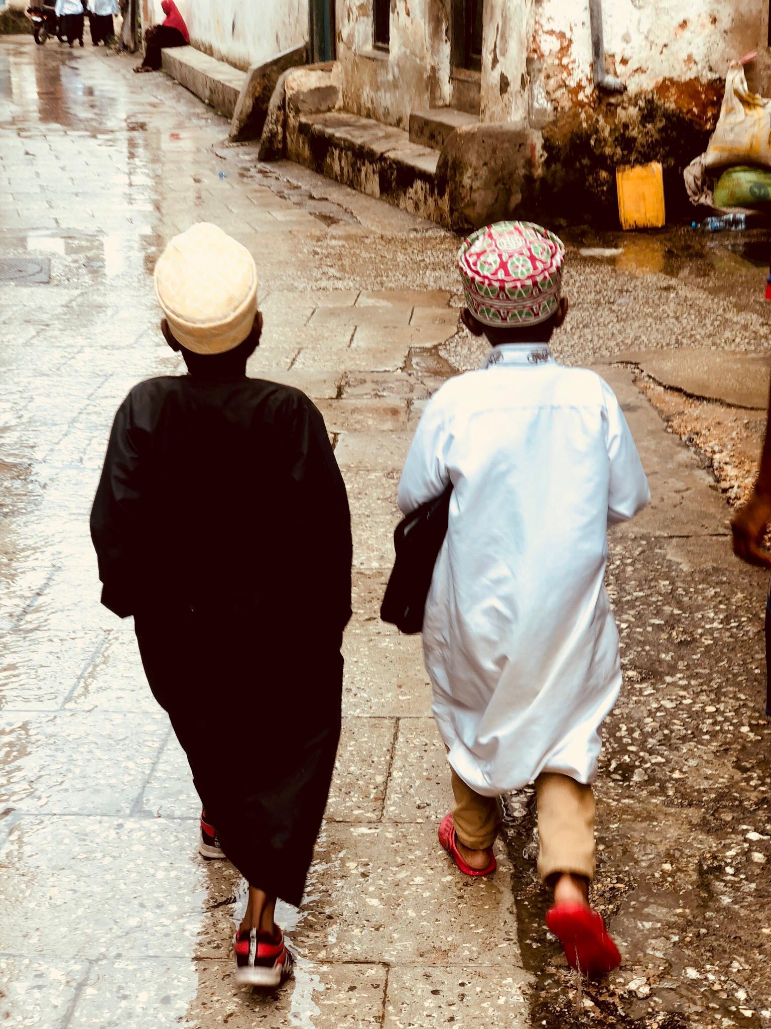 Zwei Jungs im traditionellen Kanzu